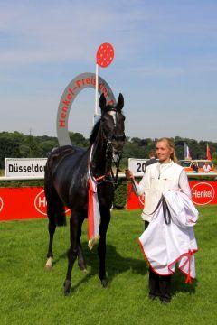 Turfdonna und Betreuerin Lisa Krüllmann bei der Siegerehrung. Foto: Dr. Jens Fuchs