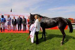 Das Siegerteam nach dem 157. Henkel-Preis der Diana: Turfdonna und Betreuerin Lisa Krüllmann bei der Siegerehrung. Foto: Dr. Jens Fuchs