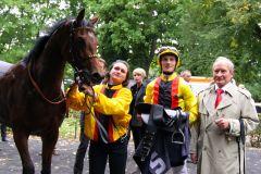 Gestüt Auenquelles Viletta (Doyen) mit Koen Clijmans und Trainer Uwe Ostmann nach dem Sieg im Winterkönigin-Trial. www.galoppfoto.de - Sandra Scherning