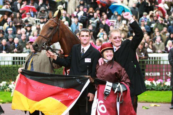 Sein größter internationaler Erfolg: Mit Lady Marian in den Farben des Gestüts Hachtsee gewann Trainer Werner Baltromei 2008 den Prix de l'Opera, Gr. I, in Paris Longchamp. www.galoppfoto.de