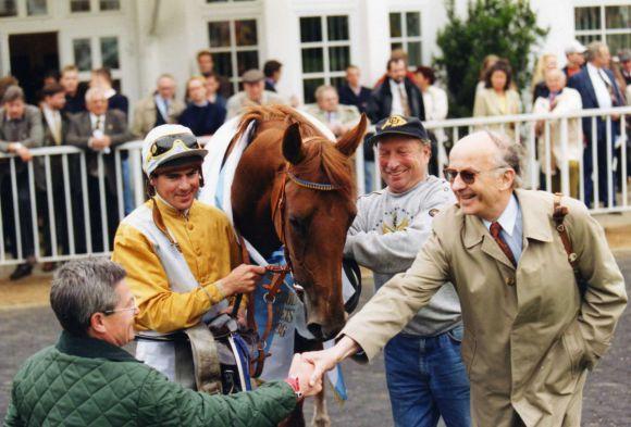 Harro Remmert (links) trainierte Wiesenpfads Großmutter, die Championstute Wurftaube hier nach dem Heroldpreis 1996 mit Reinhard Delius vom Gestüt Ravensberg, noch selbst