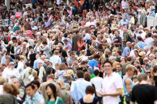 Zum Preis der Diana wird es traditionell eng auf dem Grafenberg. Foto: www.galoppfoto.de - Frank Sorge