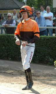 Trauerflor auch bei den Jockeys in Düsseldorf: Filip Minarik gewann für Trainer Werner Baltromei sein erstes Rennen in Deutschland. Foto: Gabriele Suhr