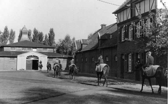 7 - Auf dem Weg in den Trainingsstall, der 1926 erbaut wurde