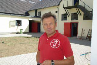 Waldemar Hickst vor dem alten, neuen Rennstall in Köln im Sommer 2010, noch wird gearbeitet. www.dequia.de
