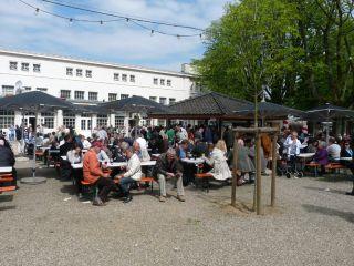 """Zwar """"nur"""" Klapptische und -bänke, doch die sind sehr gut positioniert zwischen Wurst- und Bierstand. Foto: Karina Strübbe"""
