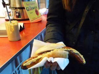 Eins der Highlights des Rennbahnbesuchs, fand Testerin Sabrina: die Bratwurst. Karina Strübbe
