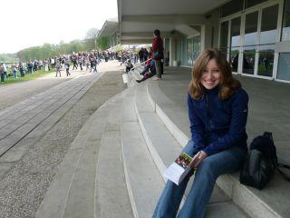 Testerin Lena auf den Stufen vor der Haupttribüne. Foto: Karina Strübbe