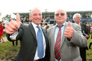 Stolzer Vater, erfolgreicher Sohn: Trainer Jens Hirschberger (links) mit Vater Peter nach dem Derbysieg mit Adlerflug 2007.  www.galoppfoto.de - Frank sorge
