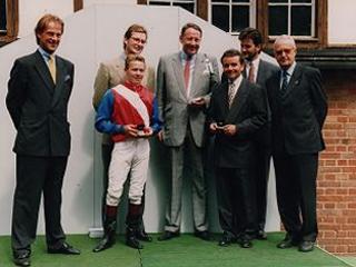 Langjähriger Besitzer im Wöhler-Stall - Wolf-Hubertus Großkreutz (Bildmitte) bei der Siegerehrung zum Tattersalls-Rennen 1994. ©