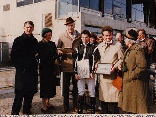 Renate und Sven von Mitzlaff (2. und 3. v. l.) und Daisy von Mitzlaff (r.) beim  Sieg von Karos in Hannover 1989