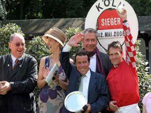 Manfred Hofer (Bildmitte), hier bei der Siegerehrung für Peace Royal in Köln 2008, mit Albert Steigenberger (2. v.r.) ©galoppfot