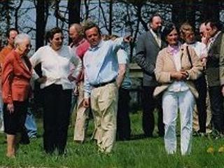 Gisela Kaselowsky und Ingeborg von Schubert (1. u. 2. v. links) vom Gestüt Ebbesloh bei der offiziellen Eröffnung der Trainingsz