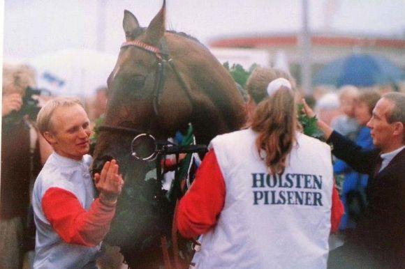 Derbysieger Mondrian mit Uwe Stoltefuß und Kevin Woodburn 1989: Der Sieg stand erst nach der Entscheidung der Rennleitung und der Disqualifikation von Taishan fest. Foto: Archiv