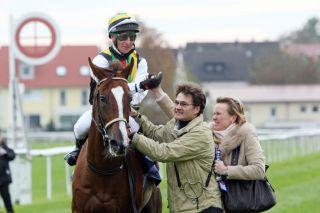 Mit Durban Thunder gewinnt Norman Richter die Engelbert Strauss-Trophy, Gr. III, 2010 in Baden-Baden. www.galoppfoto.de
