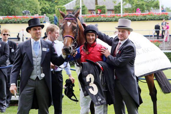 Historischer Sieg in den Tercentenary Stakes in Ascot: Energizer mit Jockey Adrie, Racing Manager Willhelm Giedt (links) und Trainer Jens Hirschberger am 21.06.2012. www.galoppfoto.de - Frank Sorge