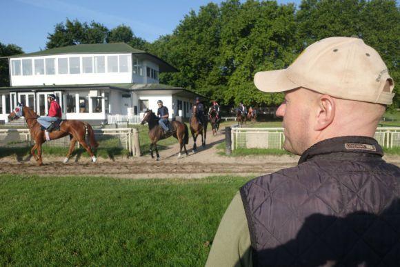 Man at work: Trainer Jens Hirschberger auf der Mülheimer Rennbahn, sein derzeit bestes Pferd im Stall, der heiße Derby-Kandidat Wild Chief, führt das achtköpfige Lot an. www.dequia.de