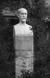 Lehndorff-Denkmal auf der Rennbahn Hoppegarten, 1926 eingeweiht, zu DDR-Zeiten abgetragen und seither verschollen. Fotos (5) Graage-Archiv