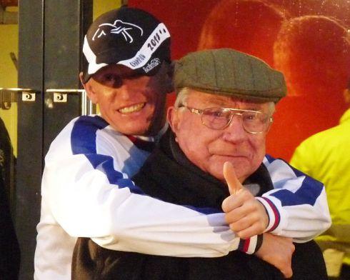 Filip Minarik feiert sein zweites Jockey-Championat, erster Gratulant ist Hein Bollow (91). Foto: Karina Strübbe