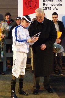Direktoriumspäsident Albrecht Woeste gratuliert zum gewonnen Championat. Foto: Karina Strübbe