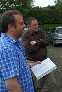 Trainer Andreas Wöhler und Gestütsleiter Karl Jörg bei der Begutachtung der Jährlinge. www.dequia.de