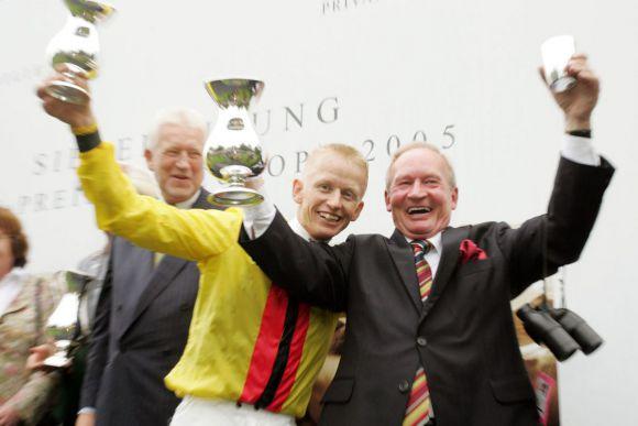 Jubel nach einem der größten Erfolge: Trainer Uwe Ostmann mit Filip Minarik nach Gonbardas Sieg im IVG - Preis von Europa (Gr. I)  2005. www.galoppfoto.de - Frank Sorge