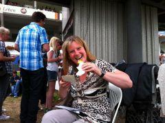 Testerin Helga beim obligatorischen Bratwursttest. Foto: Catrin Nack
