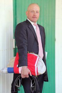 Geht auch im feinen Zwirn dahin, wo seine Pferde stehen: Trainer Jens Hirschberger. www.galoppfoto.de - Frank Sorge