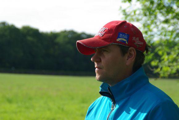 """""""Man at work"""": Markus Klug beobachtet seine Pferde beim Training. www.dequia.de"""