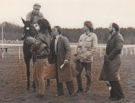 Die Anfänge: Uwe Stoltefuß mit Wilderei und Eric Apter für den Stall Onzo - hier vertreten durch Daniel Delius (2.v.r.) und Hans-Georg Fabian (rechts) - 1983 in Hannover. Foto: Archiv